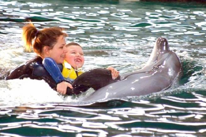 Ребенок с дельфином