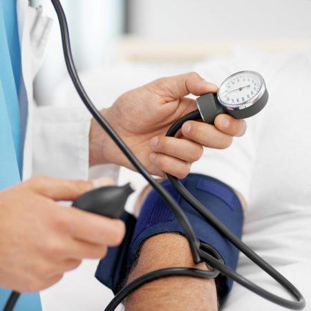 К какому врачу обычно идут с высоким артериальным давлением, методы диагностики гипертонии, причины возникновения, симптомы и степени развития