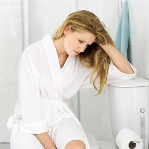 Девушка сидит в туалете