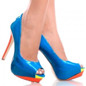 Ноги в синих туфлях