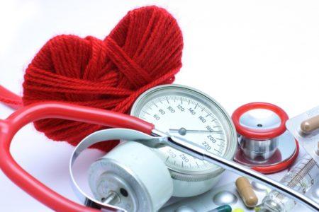 Принципы оказания первой помощи при гипертоническом кризе в домашних условиях, симптомы расстройства, причины возникновения и потенциальные осложнения