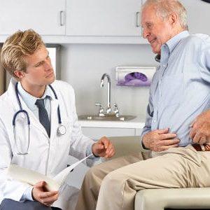 Мужчина на осмотре у врача