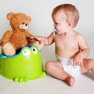 Малыш с игрушкой на горшке