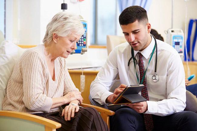 Врач назначает лечение при гломерулонефрите почек