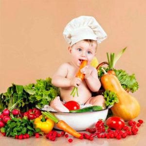 Ребенок в тазике с овощами