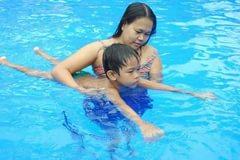 5 упражнений в бассейне, для лечения сколиоза. Как нужно плавать?