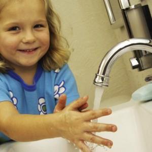 Ребенок моет руку