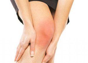 Почему опухло и болит колено