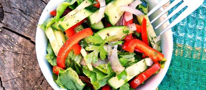 Салат с цикорием получается не только полезным, но и вкусным.