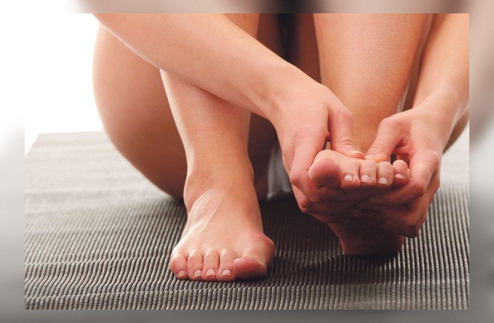 Почему сводит пальцы на ногах судорогой? 14 причин