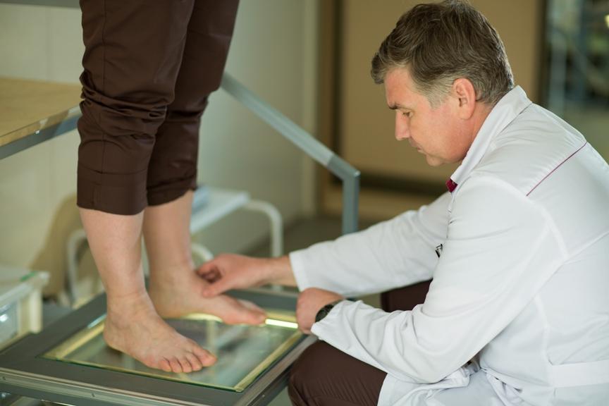 Как называются врачи по плоскостопию и к кому сначала идти?