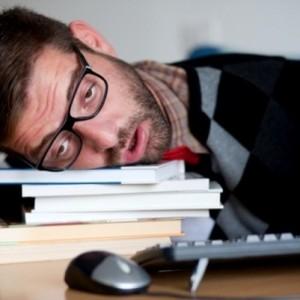 Мужчина спит на книгах