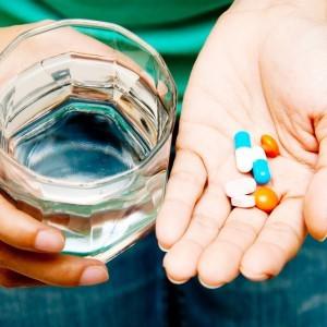 Разноцветные таблетки в руках у девушки