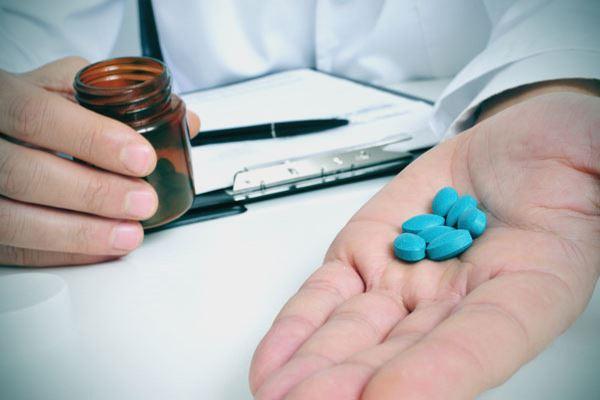 Голубые таблетки на ладони