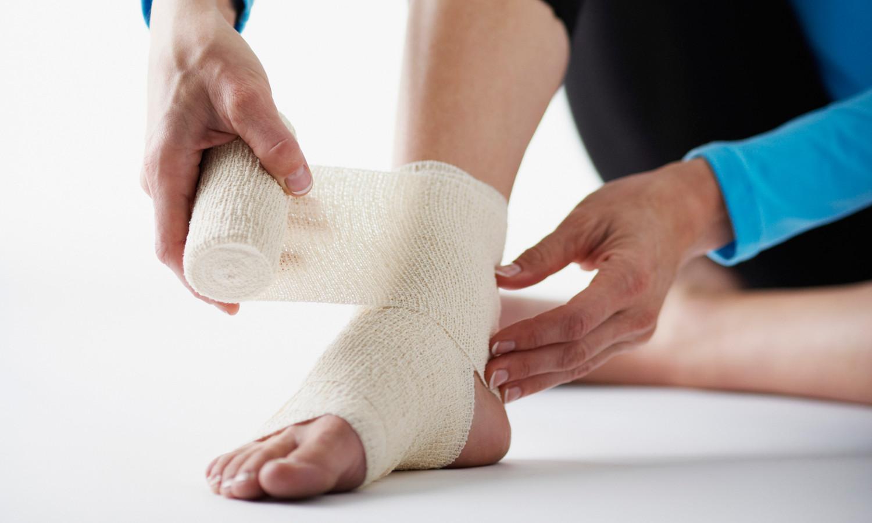 Растяжение голеностопа и лечение травмы дома, насколько это опасно и надо ли идти в больницу?