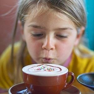 Девочка с кофе
