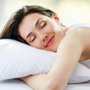 Девушка спит с подушкой в обнимку
