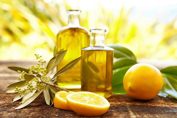 Масла в бутылочках и лимоны