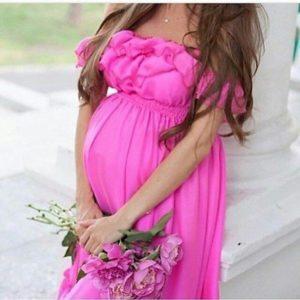 Беременная в розовом платье