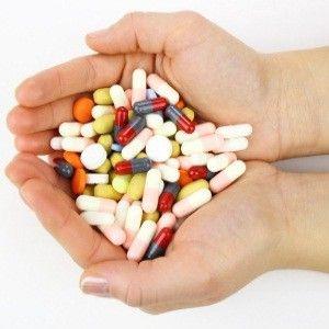 Разные таблетки в ладони
