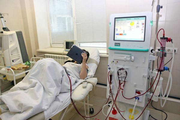 Человек под аппаратом диализа почек