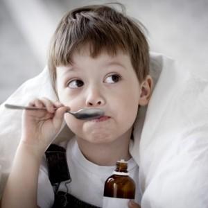 Мальчик пьет сироп