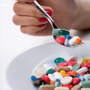Разноцветные лекарства в ложке