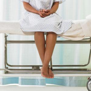 Девушка на больничной кушетке
