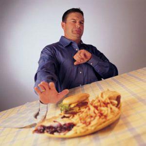 Мужчина отказывается от вредной еды
