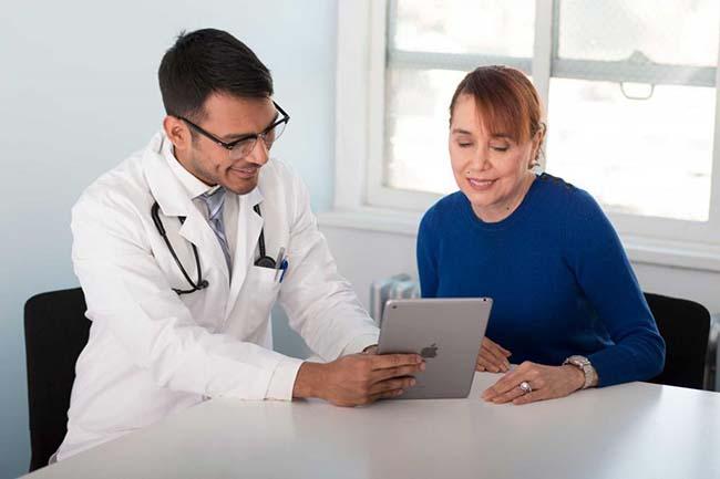 Врач дает рекомендации по профилактике уротилиаза