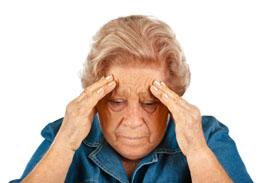 Пожилая женщина страдает головной болью