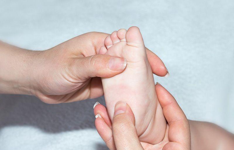 Как делать массаж стоп детям, при плоскостопии?