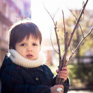 Ребенок с ветками
