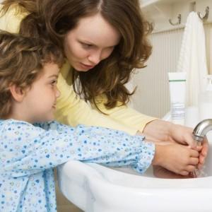Мальчик с мамой моет руки