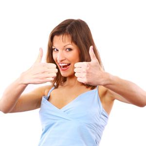 Девушка с поднятыми пальцами